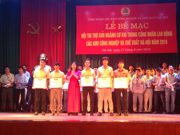 """Praising """"Excellent worker families 2012"""", organized by the Labor Union of the Hanoi Industrial Zone and Export Processing Zone"""