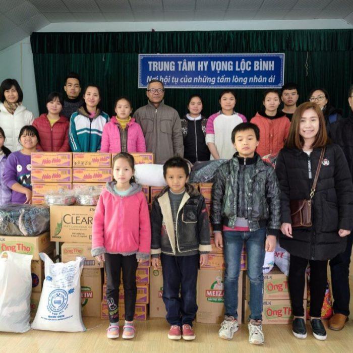 Việt Nam – Thăm hỏi và tặng quà trẻ em tại Trung tâm Hy Vọng